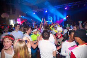 L'importance d'un DJ et de jeux de lumière en une image